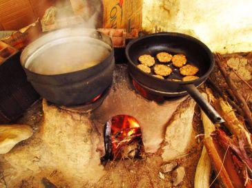 Cocinando en la Isla del Sol. Lago Titicaca. Bolivia
