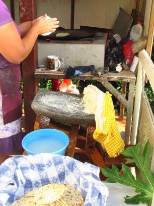 Haciendo tortillas en el Carao