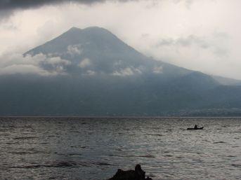 San Marcos la Laguna. Vista al volcán San Pedro