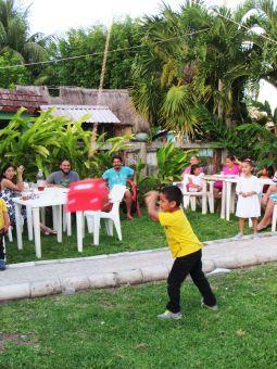 Rompiendo piñata de cumpleaños Xul Ha - Quintana Roo