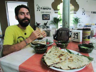Comiendo tlayudas - Oaxaca